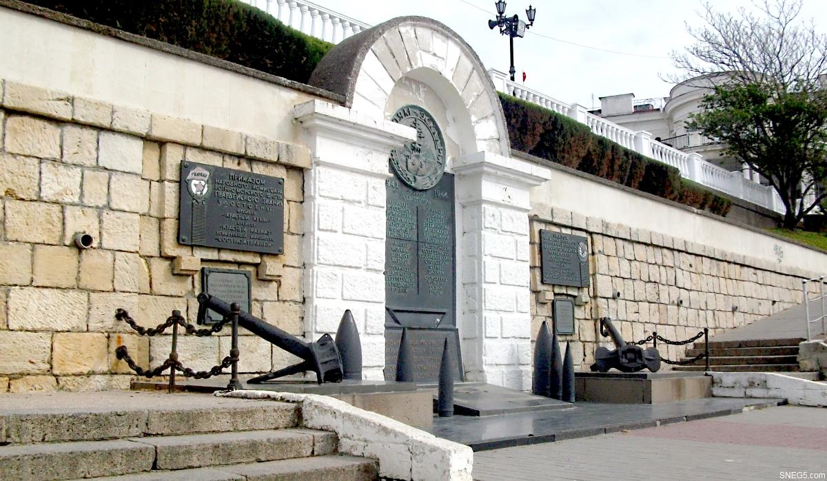 Памятный знак кораблям эскадры на Приморском бульваре