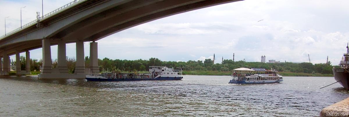 Речные суда проходят под Ворошиловским мостом