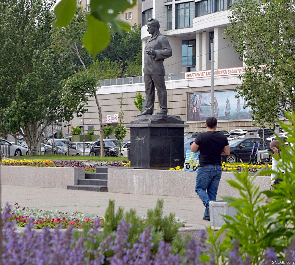 Памятник М. А. Шолохову.