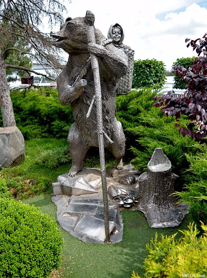 Скульптура «Маша и медведь».