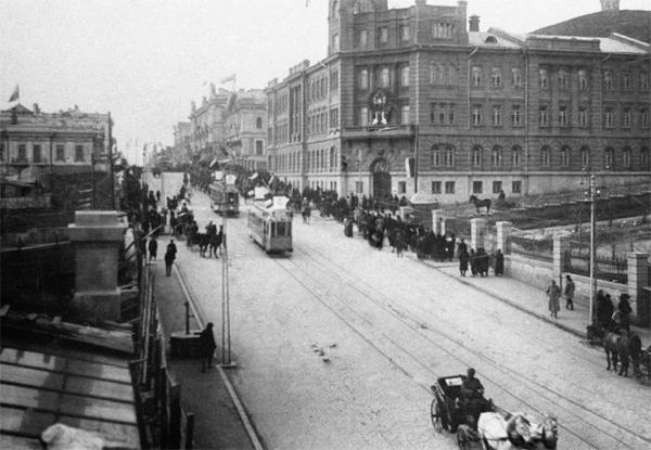 Владивосток. По улицам города проезжает первый трамвай. 1913 год