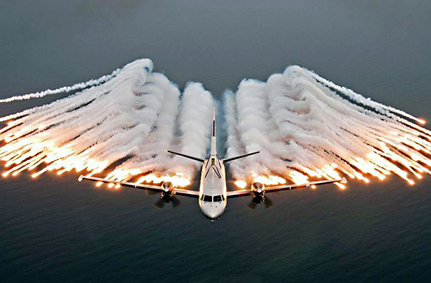 Самолет отстреливает ложные тепловые цели, также известные как «тепловые ловушки»