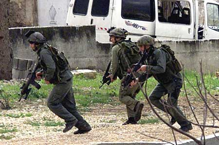 Бойцы ЯМАМ во время штурма дома в Тайбе