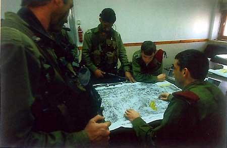 """Солдаты и офицеры подразделения """"Дувдеван"""" планируют операцию"""