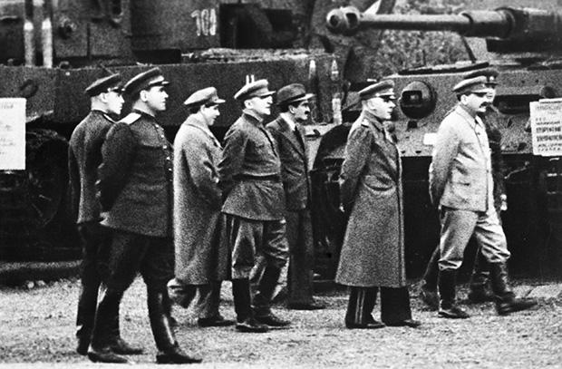 Иосиф Сталин в сопровождении членов Политбюро на выставке трофейного немецкого оружия в Центральном парке культуры и отдыха им. М.Горького, 1943 год