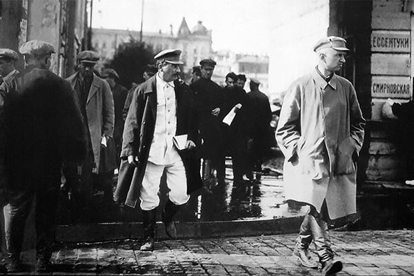 Иосиф Сталин в сопровождении охраны в Ессентуках