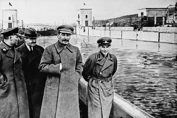 К. Е. Ворошилов, В. М. Молотов, И. В. Сталин и Н. И. Ежов на канале Москва-Волга