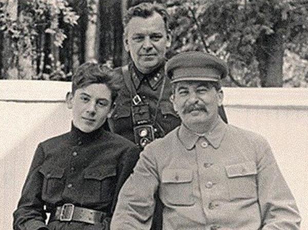 Василий Сталин, Николай Власик и Иосиф Сталин. Ближняя дача в Волынском, 1935 год