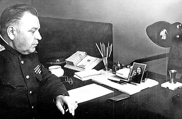 Николай Власик в рабочем кабинете. Конец 1930-х годов