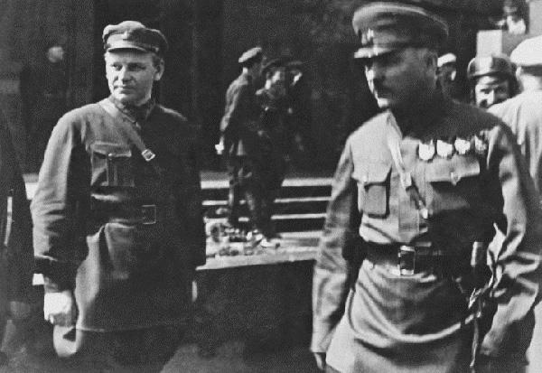 Николай Власик (слева) и Климент Ворошилов возле мавзолея В.И.Ленина. Конец 1920-х—начало 1930 годов