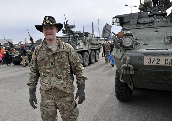 """Капитан американской армии возле боевой бронированной машины """"Страйкер"""""""