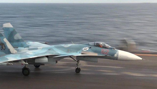 Истребитель Су-33 на палубе тяжелого авианесущего крейсера Адмирал Флота Советского Союза Кузнецов у берегов Сирии в Средиземном море