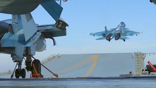 Истребитель Су-33 производит взлет с палубы тяжелого авианесущего крейсера Адмирал Флота Советского Союза Кузнецов. Фото: Министерство обороны РФ