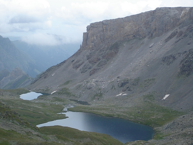 Обвально-запрудное озеро Бурное (Агур) с северной стороны перевала Федосеева