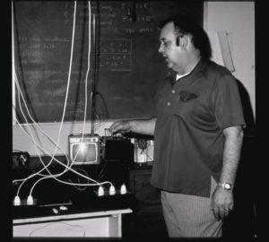 Эдвин Грей демонстрирует свою цепь