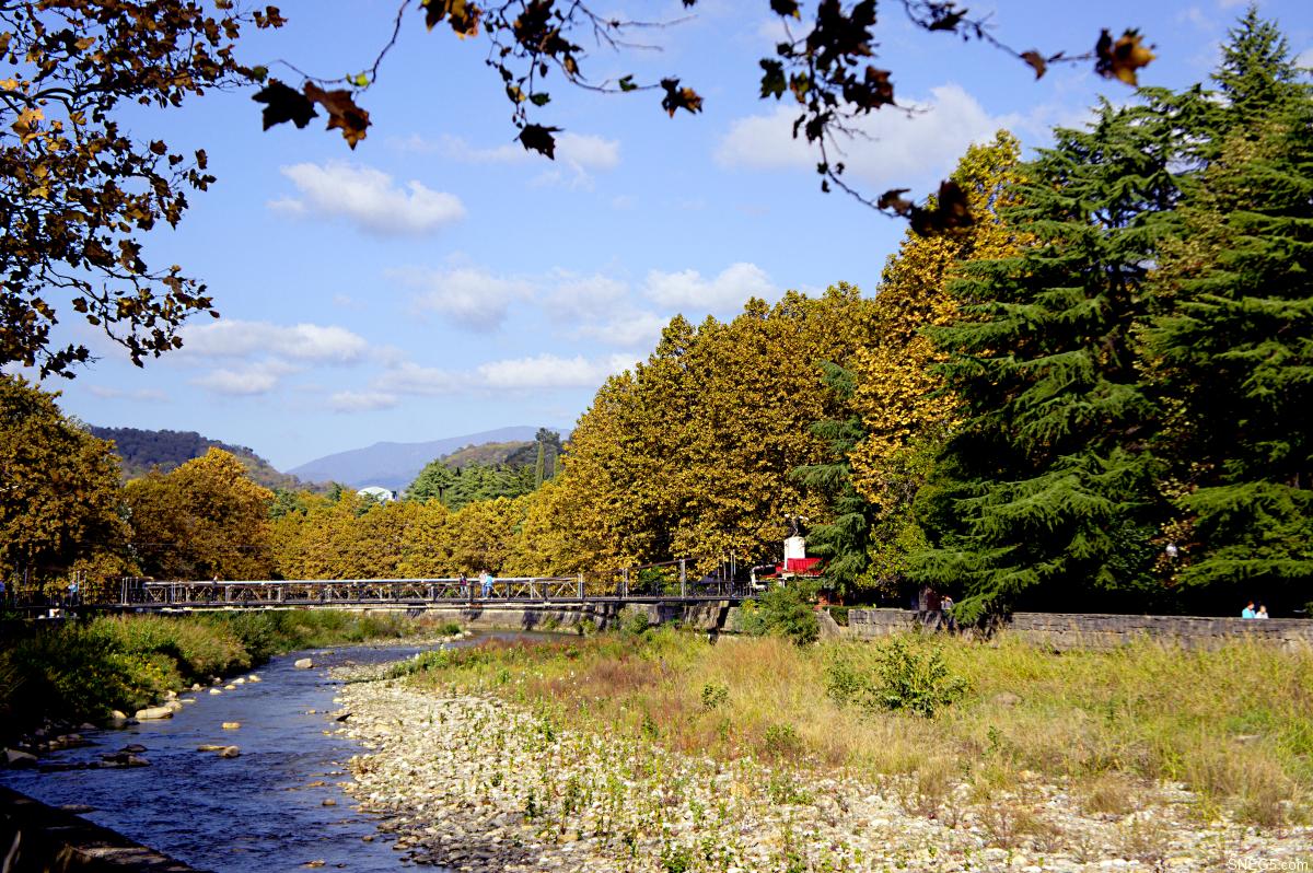 Природа. Мост над рекой Хоста