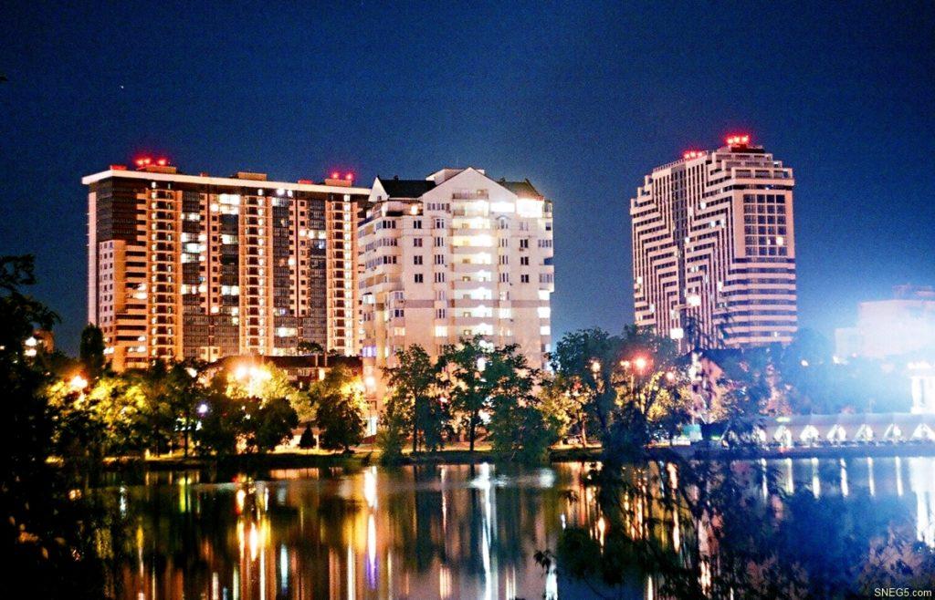 Вид на ночной город со стороны Верхнего Покровского озера