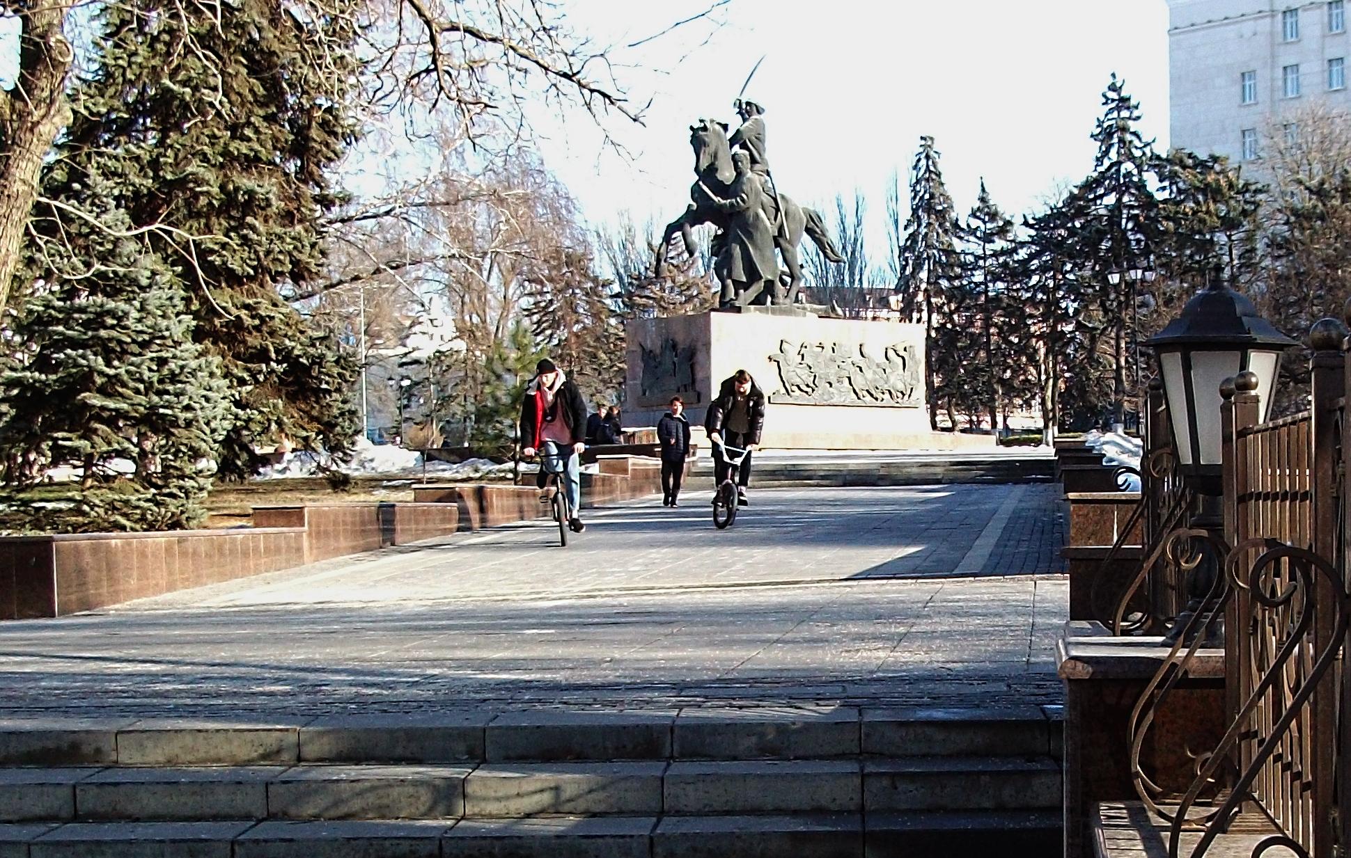 Сквер на площади Советов у здания Администрации Ростовской области