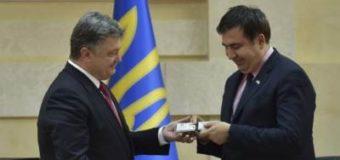 Снизу постучался Саакашвили в вышиванке